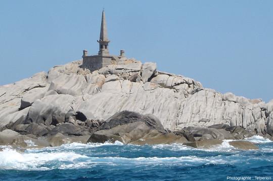 Le monument commémoratif du naufrage de la Sémillante, sur les rochers de l'ile Lavezzo