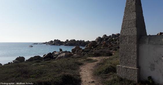 Un des cimetières militaires sur l'ile Lavezzo, et le monument commémoratif du naufrage de la Sémillante en fond