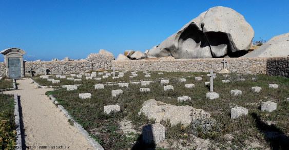 Un des cimetières militaires de l'ile Lavezzo, où sont enterrés certains des 750 soldats de la Sémillante