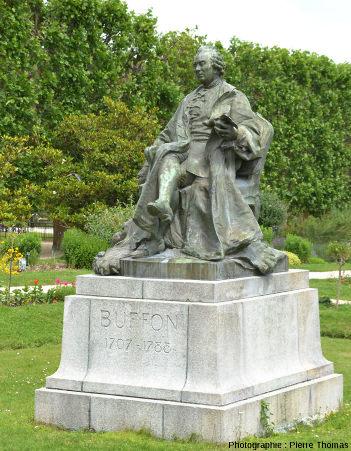 Statue de Buffon au Jardin des plantes de Paris, devant le Muséum national d'histoire naturelle