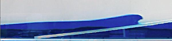 Déferlement d'un tsunami créé dans la cuve expérimentale sur une pente inclinée