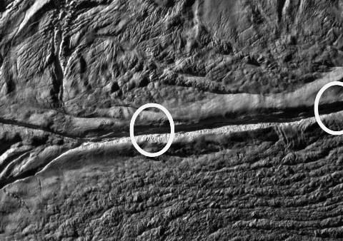 Gros plan sur le sulcus (rayure de tigre) Damas, Encelade