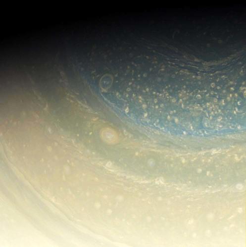 La haute atmosphèrede Saturne et ses «cyclones» près du pôle Nord