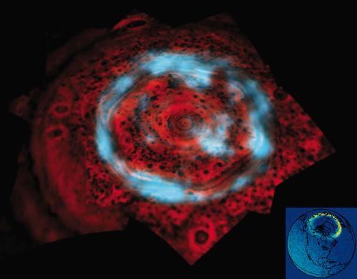 Aurores boréales: autour du pôle Nord de Saturne (image IR) et de la Terre (image UV en bas à droite)
