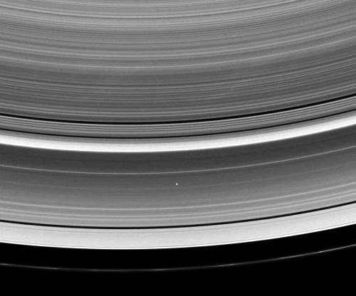 Les anneaux de Saturne sont parmi les structures les plus minces (relativement parlant) créées par la nature