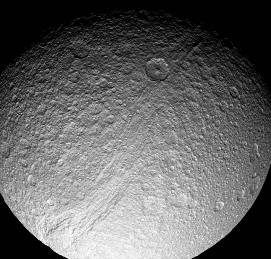 Téthys: vue générale sur le centre du canyon Ithaque (Ithaca Chasma)