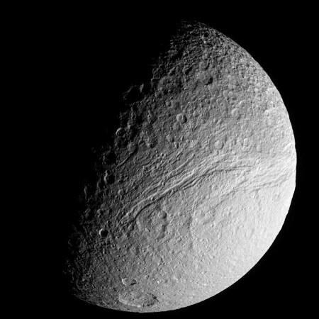 Téthys: vue sur une terminaison du canyon Ithaque (Ithaca Chasma)