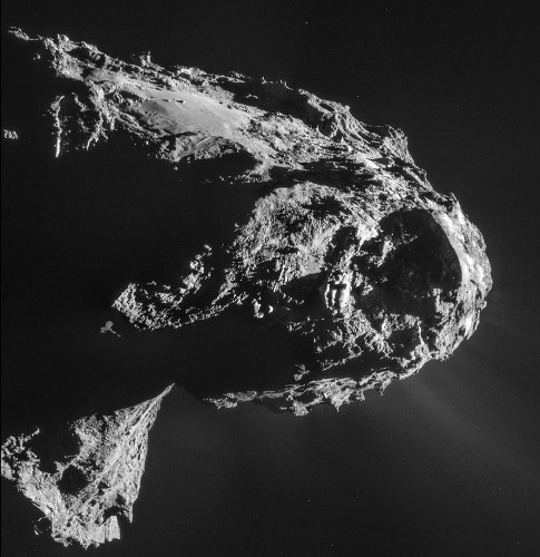 """La """"plaine"""", terrains lisses, nommée Imhotep au """"sommet"""" du lobe principal de la comète Chury"""