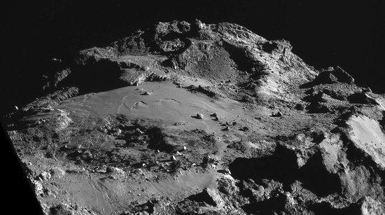 Vue oblique d'Imhotep, plaine de terrains lisses de la comète 67P/CG