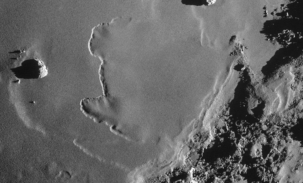 Zoom sur le sillon ou escarpement flexueux d'Imhotep sur la comète 67P/Churyumov-Gerasimenko