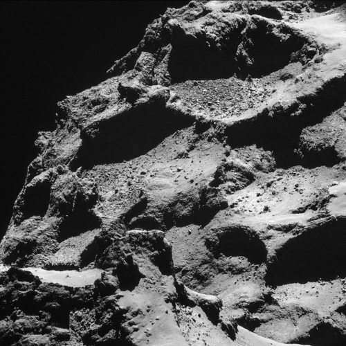 Image NAVCAM prise le 25 octobre 2014 depuis seulement 7,7km de la surface du petit lobe de 67P/CG