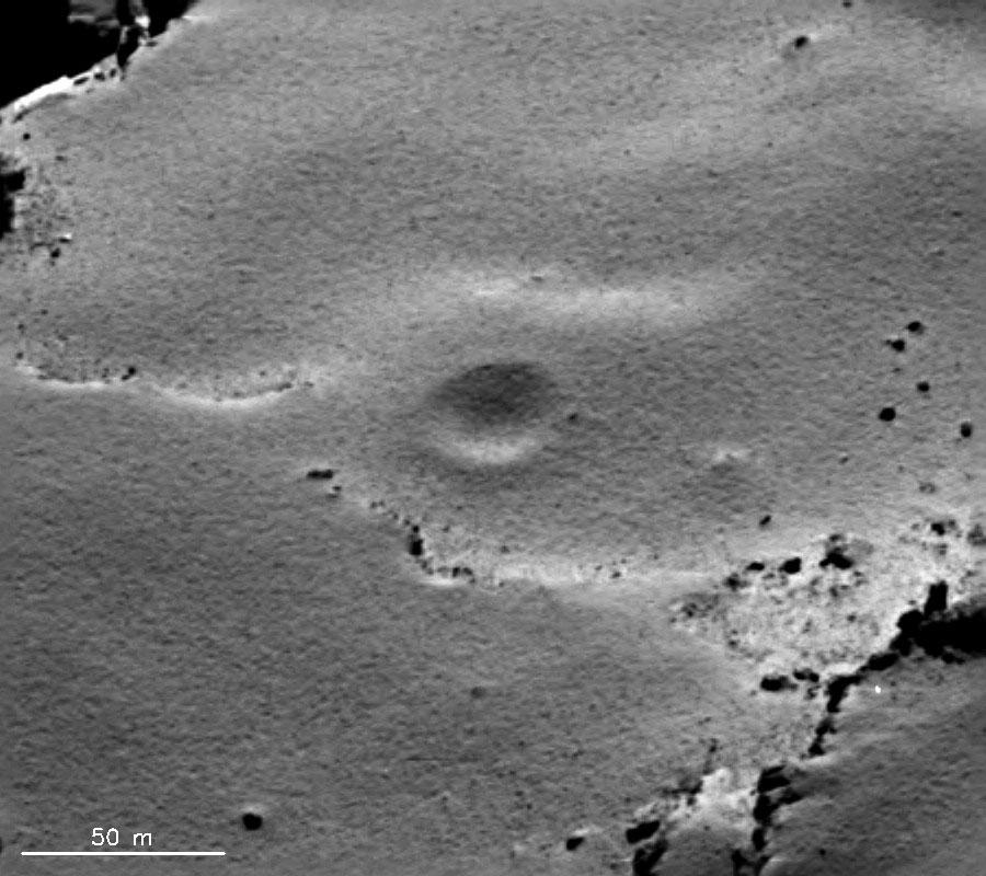 Image OSIRIS prise le 10 septembre 2014 d'un cratère qui ressemble à un cratère d'impact sur Chury