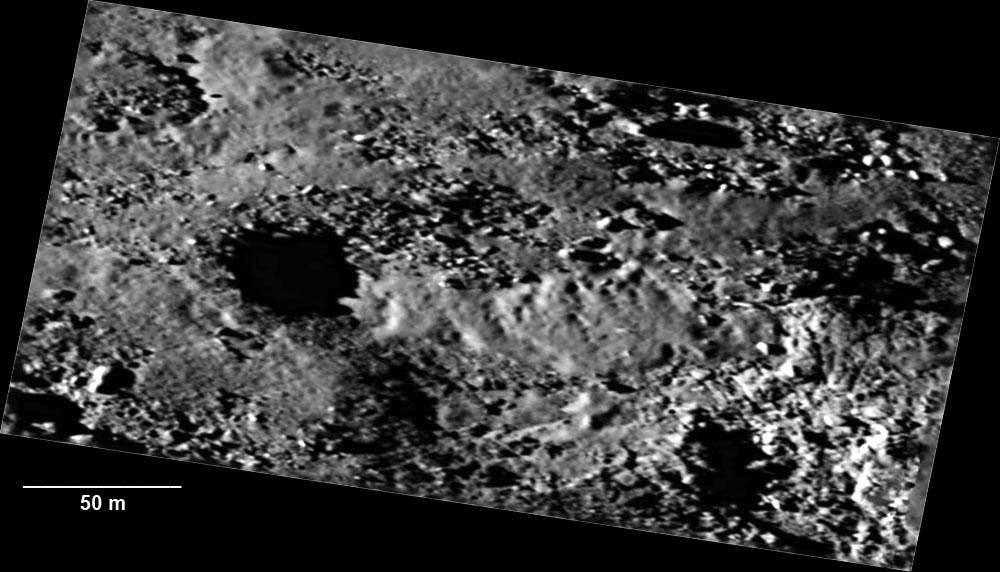 Écoulement visqueux figé s'écoulant d'un cratère de la région Maftet sur la comète Chury