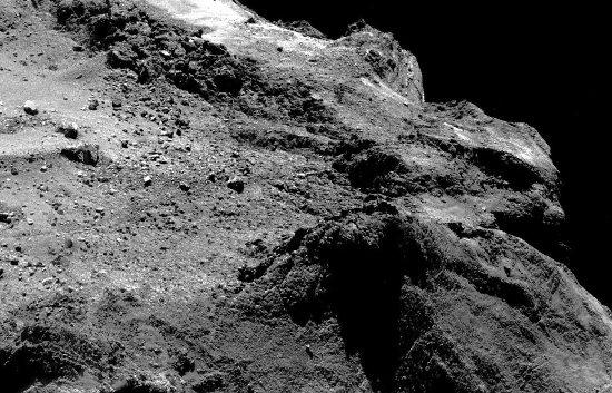 Zoom arrière sur ce qui ressemble à un spatter cone à la surface de la comète 67P/CG