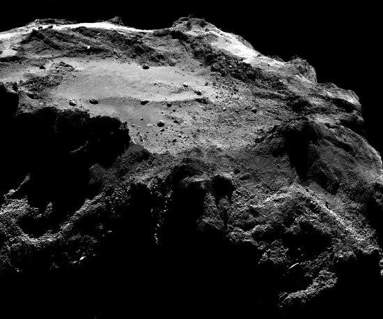 Vue élargie sur ce qui ressemble à un spatter cone à la surface de la comète 67P/CG