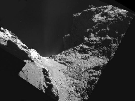 Vue du cou de la comète 67P/CG où l'on peut distinguer ce qui ressemble à un champ de dunes