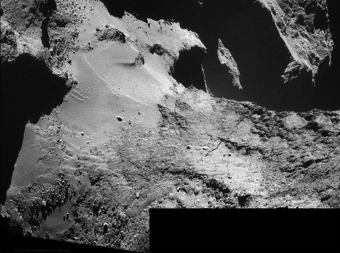 Vue du cou de la comète 67P/CG et de son champ de dunes