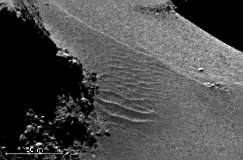 Gros plan sur le champ de dune du cou de la comète 67P/Churyumov-Gerasimenko