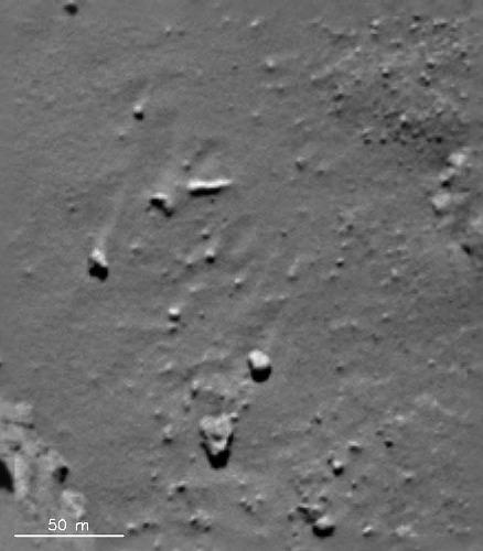 """""""Traînées de sable"""" (wind streak, en anglais) disposées à l'abri derrière des """"rochers"""" à la surface de Chury"""