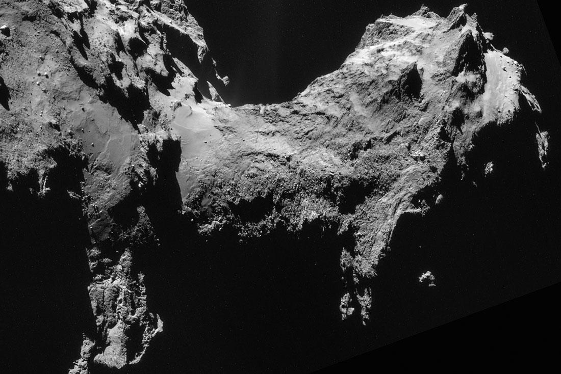 """""""Ancienne"""" (19 septembre 2014) image NAVCAM du cou de Chury montrant une fracture qui traverse toute la partie visible du cou"""