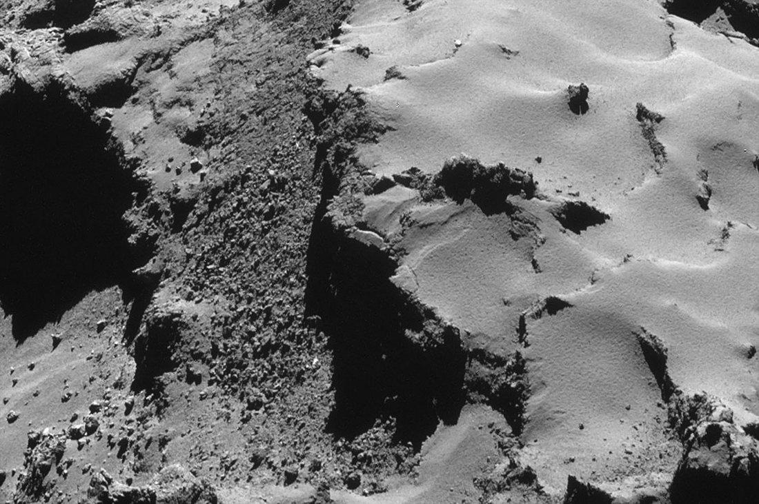 Zoom sur un escarpement du lobe principal avec éboulis de pieds de falaise et fissures ouvertes annonçant un prochain éboulement