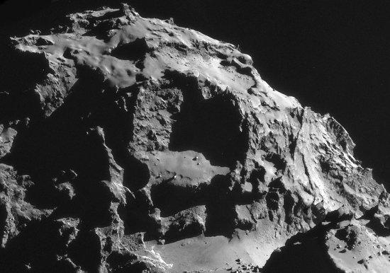 """Grosse """"encoche"""" dans le lobe principal de Chury dominant le cou (""""vallée"""" en bas, au centre de la photo)"""