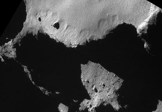 Gros plan sur les entonnoirs d'effondrement des figures précédentes, comète 67P/Churyumov-Gerasimenko