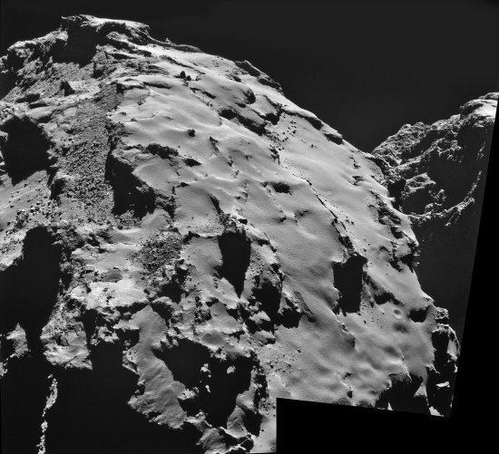 Vue sur le flanc du lobe principal de Chury, recouvert de poussières (Dust Coverred Terrains), avec ce qui ressemble à une avalanche de poudreuse dans les DCT