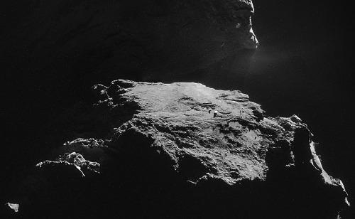 Zoom sur la morphologie apparemment stratifiée d'un des côté du petit lobe de la comète 67P/CG