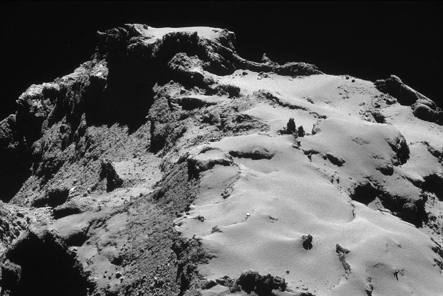 Paysage de la comète 67P/CG montrant Dust Covered Terrains, Brittle Materials et Cometary Consolidated Materials