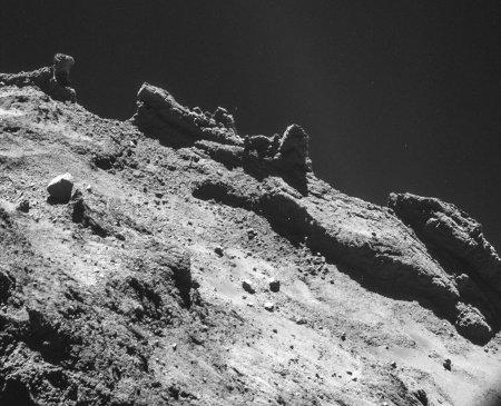 Image NAVCAM prise de 7,7km de la surface de CHury, le lobe principal avec, en particulier, des pinacles