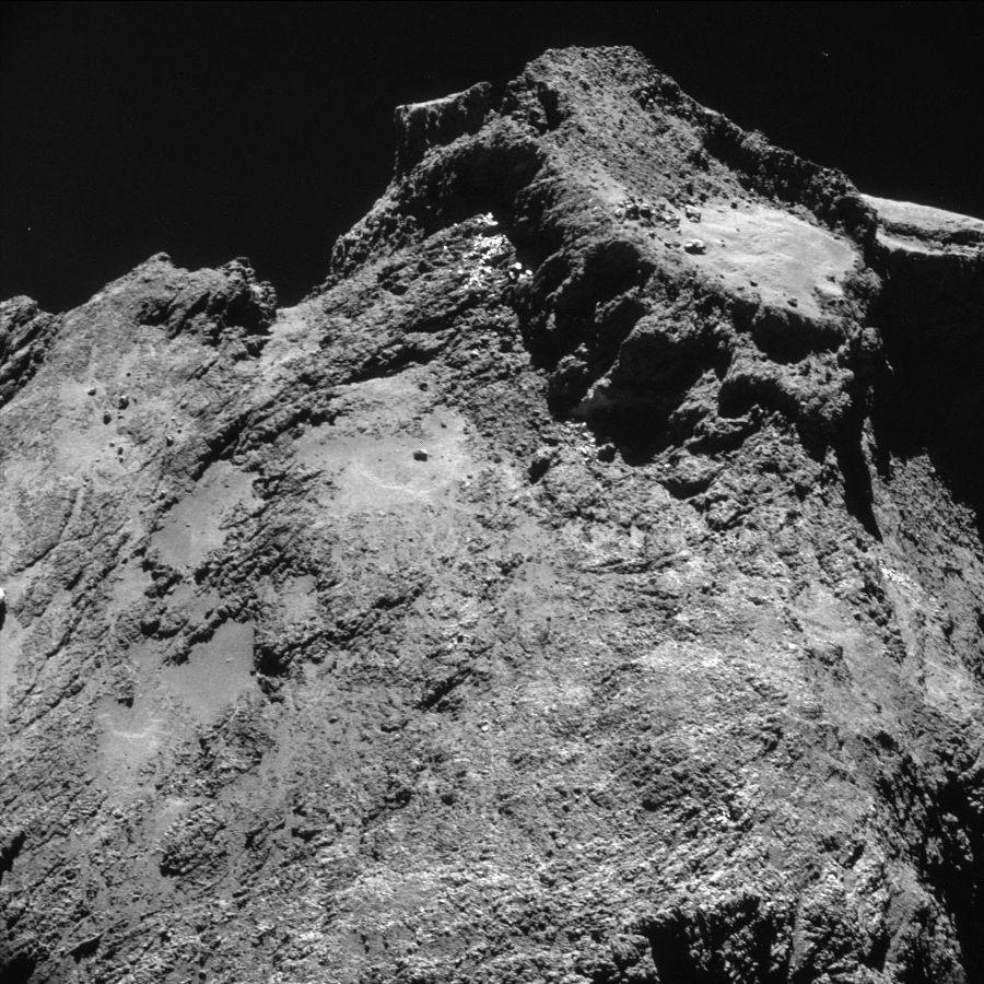 Image NAVCAM de la surface du lobe principal de 67P/CG, couvrant 850x850m), prise le 24 octobre 2014 de 7,8´km