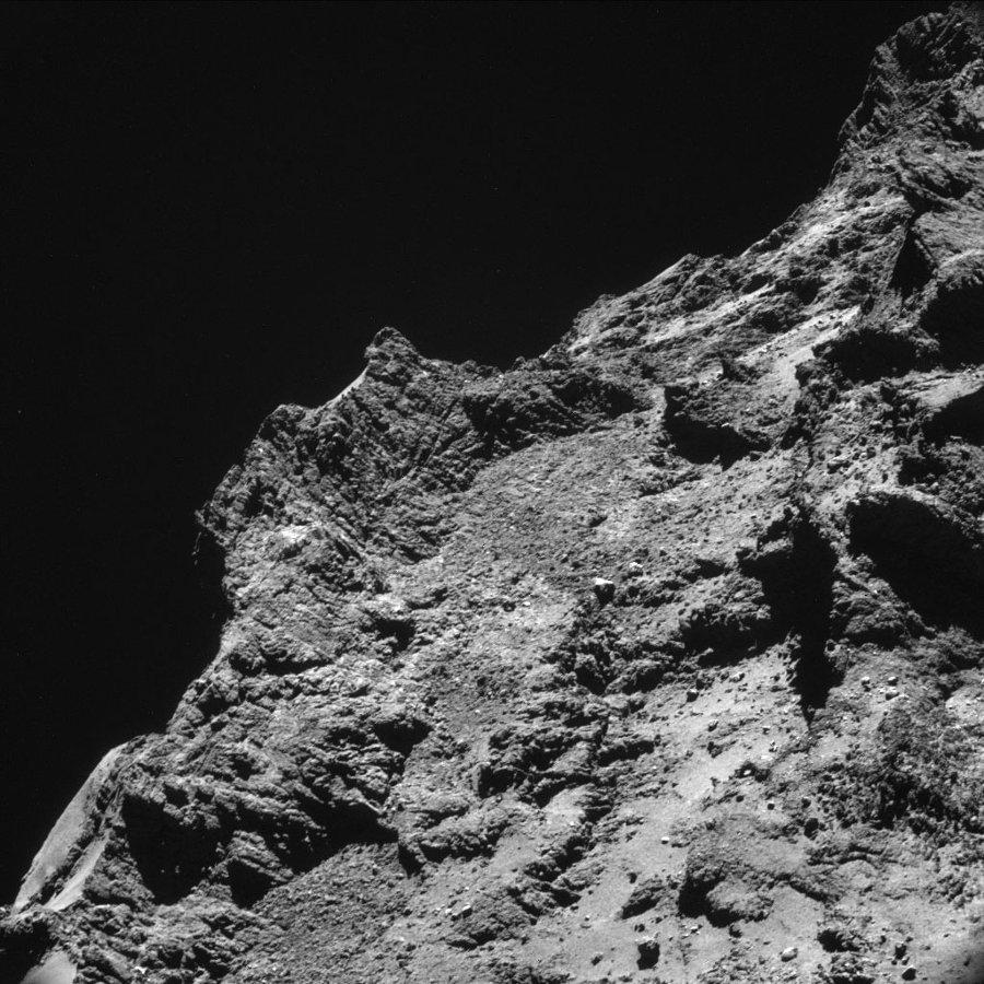 Vue NAVCAM d'un détail du lobe principal du Chury depuis une altitude de 7,7km, le 21 octobre 2014