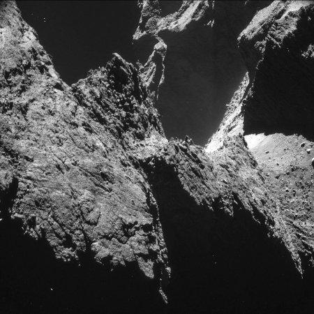 Les Alpes ou les falaises surplombant le cou de la comète 67P/Churyumov-Gerasimenko?