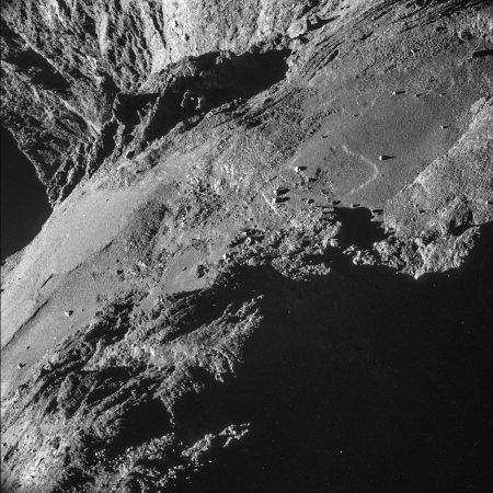 Image NAVCAM d'un bord escarpé du lobe principal de Chury immédiatement au-dessus du cou