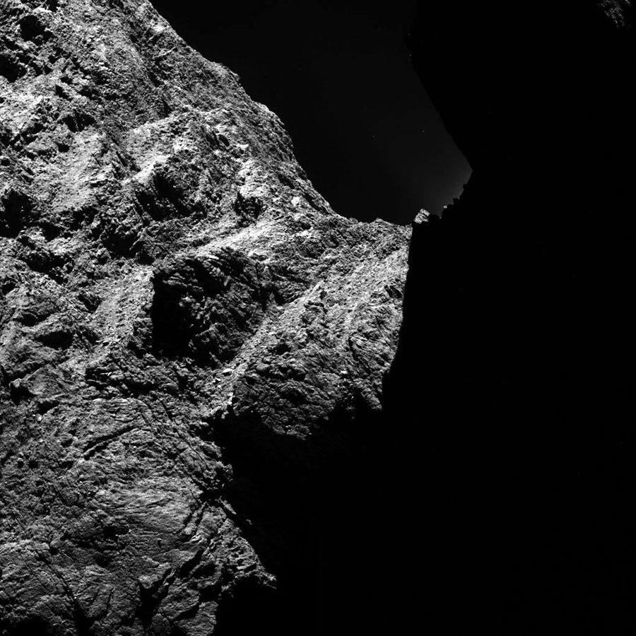 Image OSIRIS montrant un détail des parois du cou de la comète Chury