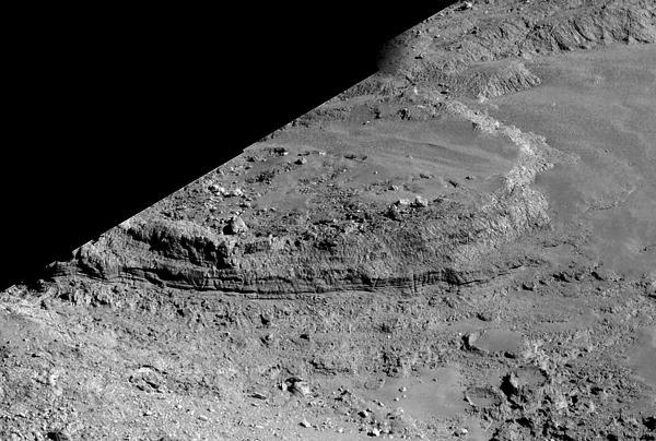 """Zoom de la mosaïque artisanale de 4 images NAVCAM du 14 février 2015 centrées sur la """"galette"""" surplombant Imhotep"""