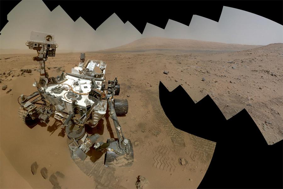Auto-portrait de Curiosity sur fond de paysage martien, effectué en combinant des dizaines d'images prises par les caméras du mât et celle du bras porte-outils