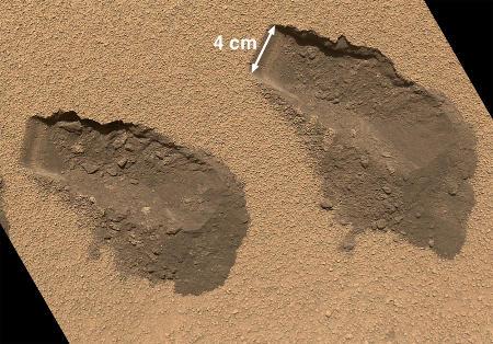 Mini-tranchées faites dans une dune de Rocknest