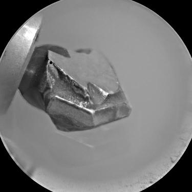 Gros plan sur le foret dont dispose le bras porte-outils de Curiosity