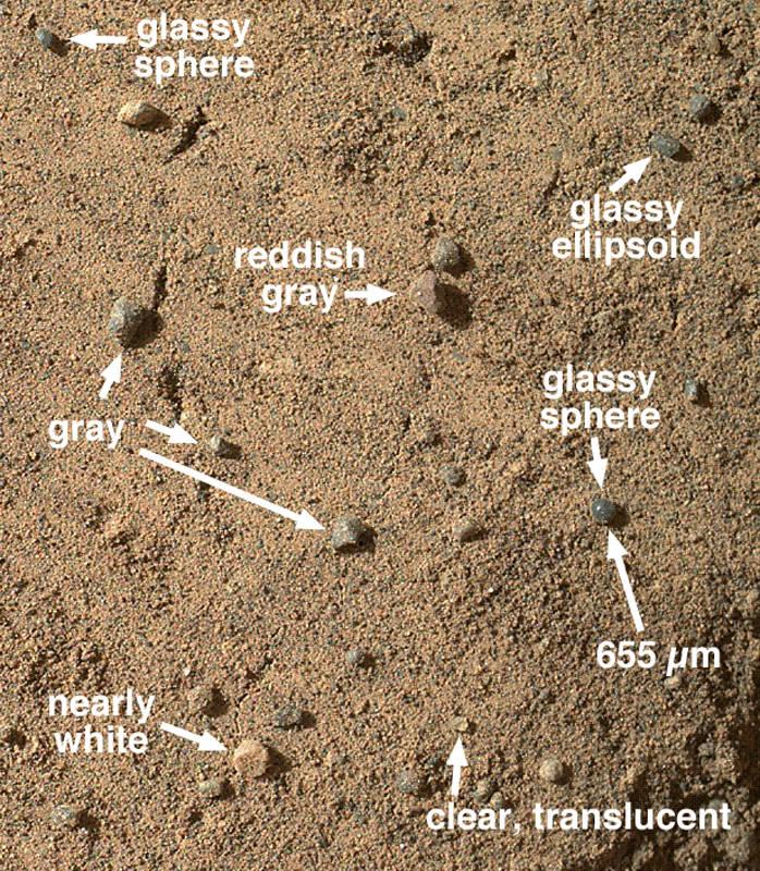 Gros plan sur le sable au niveau d'une trace de roue faite sur une mini-dune près du site Rocknest