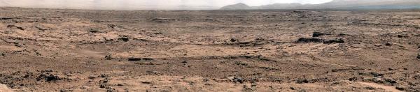 Panorama pris de site nommé Rocknest en direction de l'Est, vers Yellowknife Bay (zone déprimée au centre de l'image)