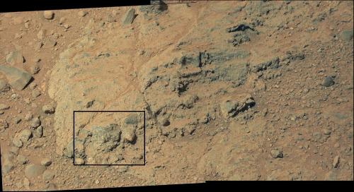 Gros plan sur le banc de conglomérat à galet de roche grenue de la figure précédente (sol 512, 14 janvier 2014)
