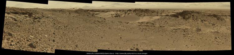 Le 28 janvier 2014 (sol 526), Curiosity arrive devant une dune qui barre une vallée: Dingo Gap
