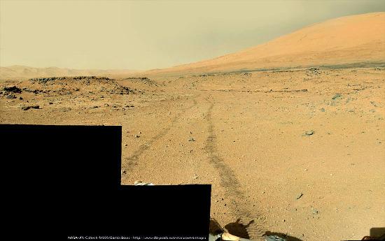 Le 13 février 2014 (sol 541), on quitte définitivement le secteur de Dingo Gap dont on devine encore la dune au bout des traces de roues