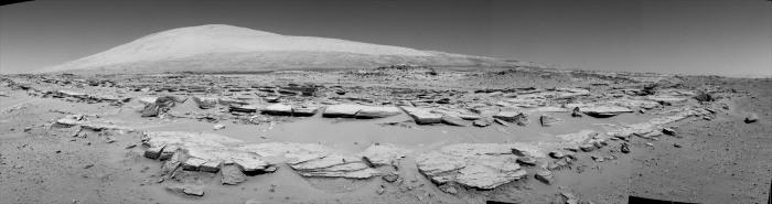 """Depuis août 2012, Curiosity roule sur des terrains d'un type nouveau, ici l'unité """"striée"""""""
