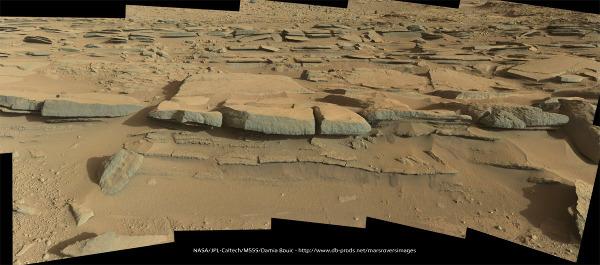 Gros plan sur les couches gréseuses de l'unité striée entre les Mont Joseph et Christine (sol 574, 19 mars 2014)