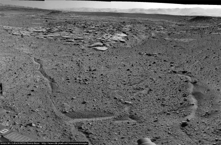 Panorama avec ,au fond, le Mont Remarkable (à gauche) et le Mont Christine, à droite (sol 589, 3 avril 2014)