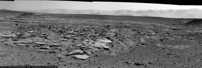 Panorama avec au fond le Mont Remarkable (à gauche) et le Mont Christine (à droite) (sol 589, 3 avril 2014)