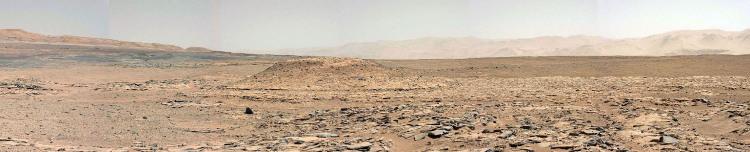 Le Mont Remarkable, site du prochain forage, vu de loin (sol 592, 6 avril 2014)